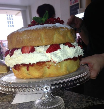 Havishams Coffee House & Sandwich Bar: Beautiful victoria sponge filled with fresh cream and stawberries