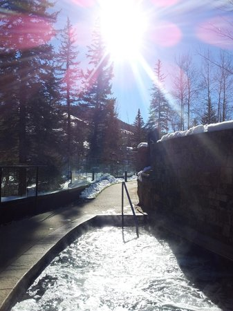 Hotel Talisa, Vail: Jacuzzi around the corner from the Outdoor Heated Pool. Can get very crowded at the end of the d