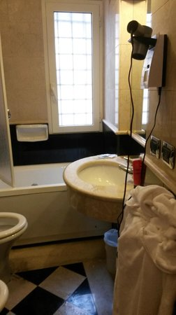 Hotel Donatello: our lovely bathroom with jacuzzi