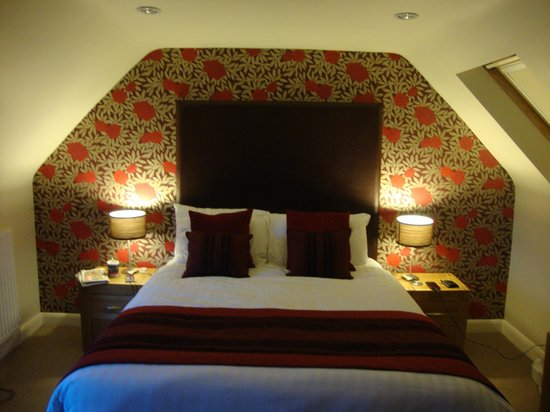 Craigatin House & Courtyard: Large comfy bed!