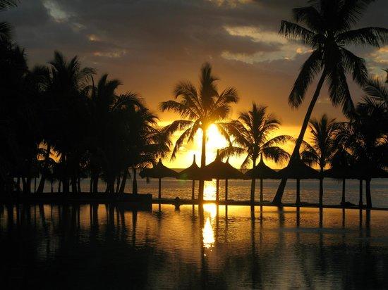 Dinarobin Beachcomber Golf Resort & Spa : Sunset - view from the reception