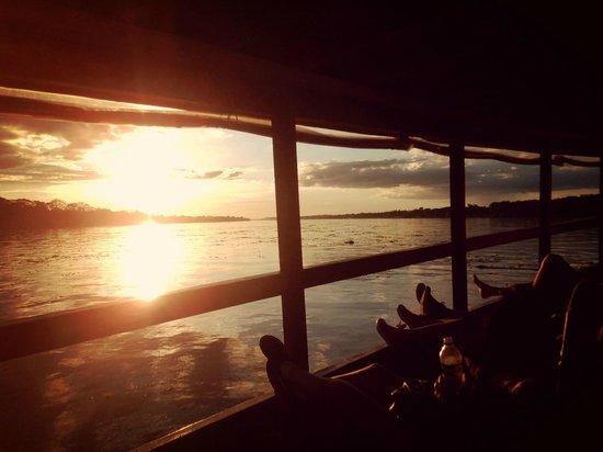 Heliconia Amazon River Lodge: atardecer en el barco