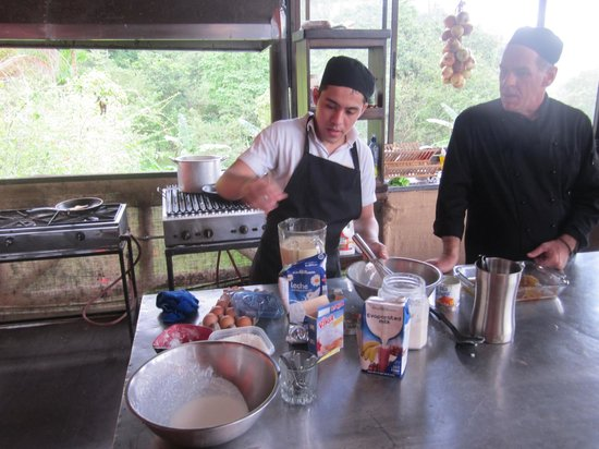 Costa Rica Cooking: Making flan