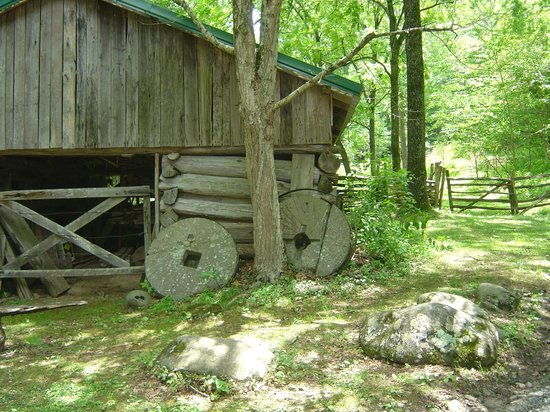 Ely's Mill : log barn and millstones