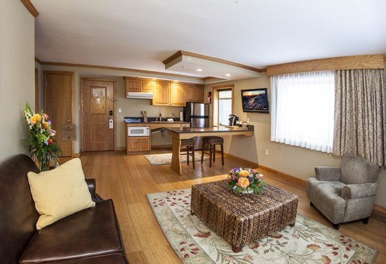 Golden Arrow Lakeside Resort: Table Top Suite living room and Kitchen