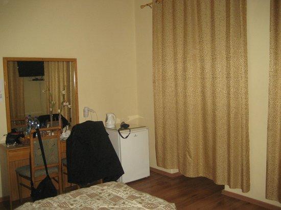 Azzahra Hotel & Restaurant: Camera con vistaarredo, frigo, bollitore caffè/the, tendaggi