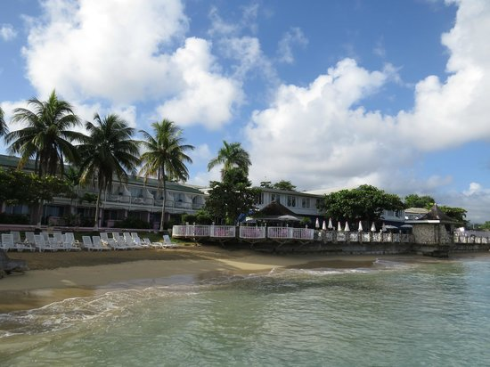 Shaw Park Beach Hotel & Spa: Partial beachfront area and hotel and bar etc.