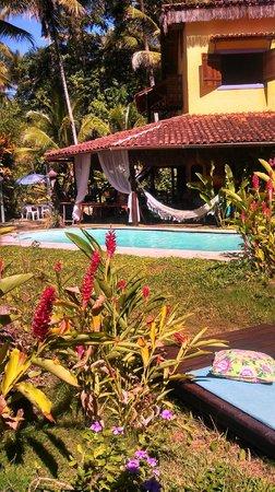 Vila Mato Verde Chalets: Piscina e ao fundo o restaurante que é super aconchegante.