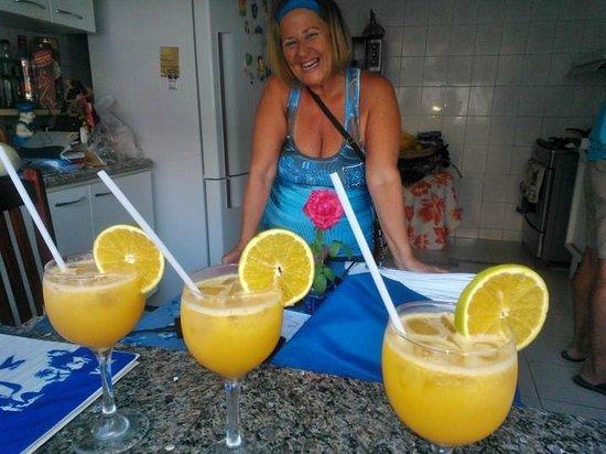 Nei Pousada: Drinks de Laranja  e Sra. Marisa dona da Pousada.