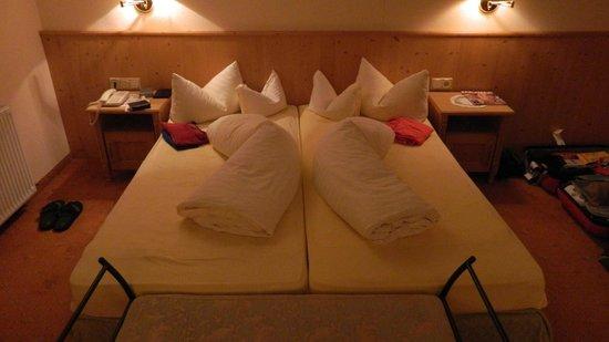 Hotel Post am See : Elke dag een keurig opgemaakt bed met opgevouwen pyjama's