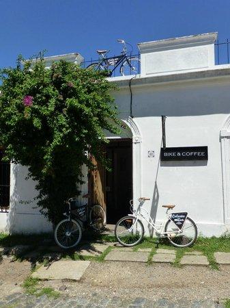Puerta de la Ciudadela : Bike & Coffee, enfrente de la Puerta