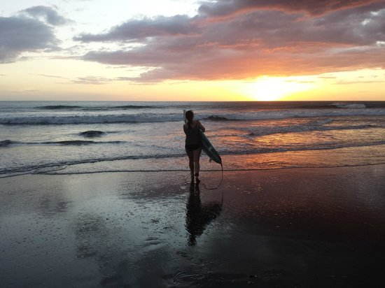 Surfing Turtle Lodge: learning to surf in the sunset