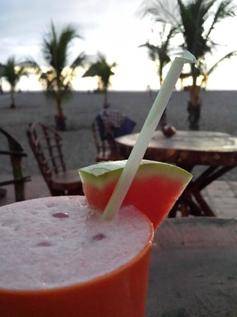 Surfing Turtle Lodge: Enjoying a watermelon smoothie just before sunset :)