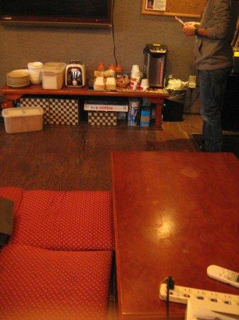 Anne Hostel Asakusabashi : el comedor, donde cada mañana se sirve un  desayuno  que consiste en café o te, huevos , pan