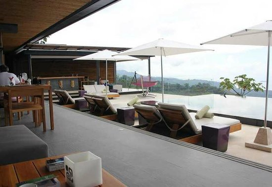 Kura Design Villas Uvita: Pool and dining area