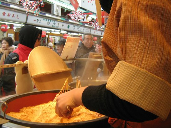 Asakusa: aqui puedes comer sake dulce caliente y ricas  bolitas de arroz