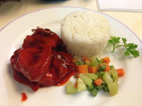 Arwana Hotel & Restaurant: ホテルの夕食のスパイシーチキン!