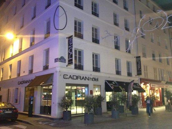 Hotel du Cadran Tour Eiffel: vibrant street
