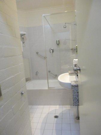 Best Western Grand Country Lodge: shower/bath