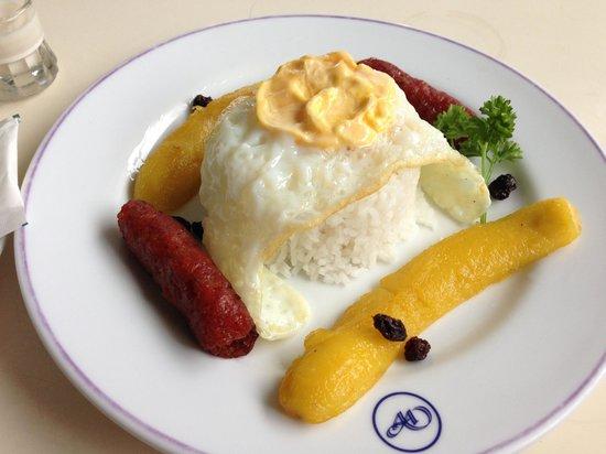 Arwana Hotel & Restaurant: ホテルの朝食 LONGGANISA CUBANA フィリピンの甘いソーセージと目玉焼きと焼きバナナです♪