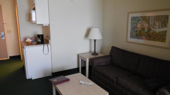 Comfort Suites Maingate East: Lounge / Kitchenette