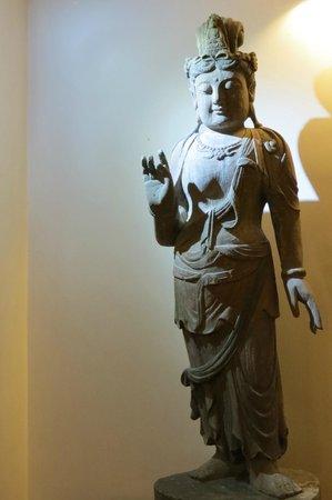 Tissa's Inn: Buddha statue in the corridor