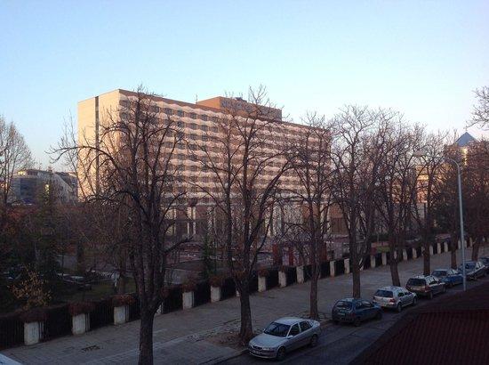 Grand Hotel Plovdiv : Novhotel von der Brücke gesehen