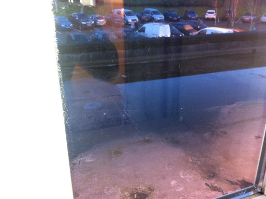 Village Hotel Maidstone: 1st room offered - Dirty pool of water outside window on flat roof