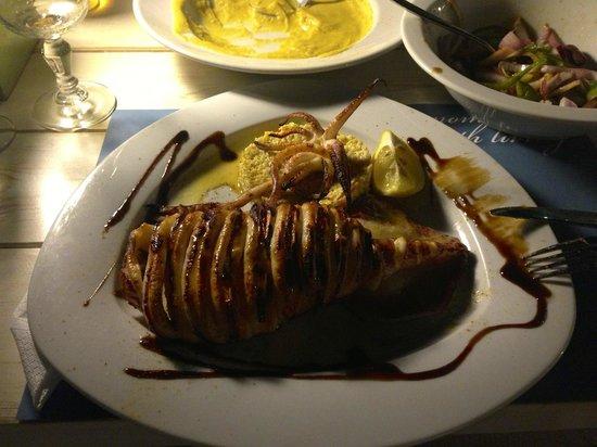 Fanari Restaurant: Calamari gebraten mit Lime Honig Sauce und Kouskous