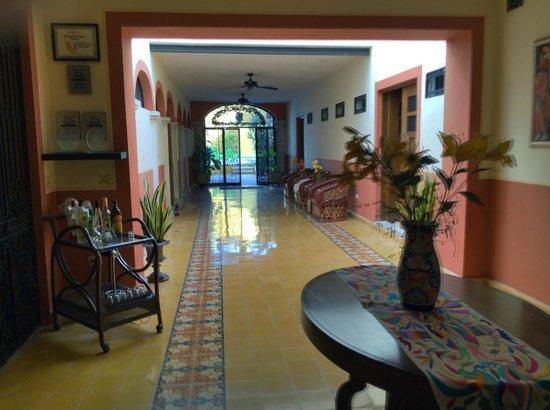 Luz En Yucatan : corridor looking toward pool