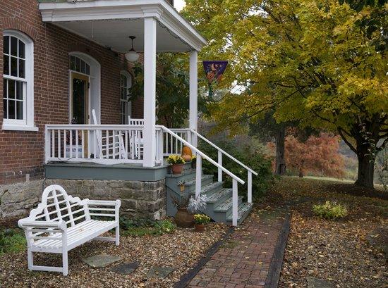 Alpenhorn Gasthaus: Alpenhorn front porch in Fall