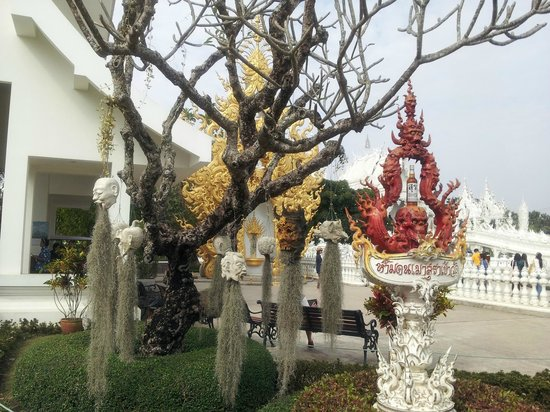 Wat Rong Khun : Heads in trees