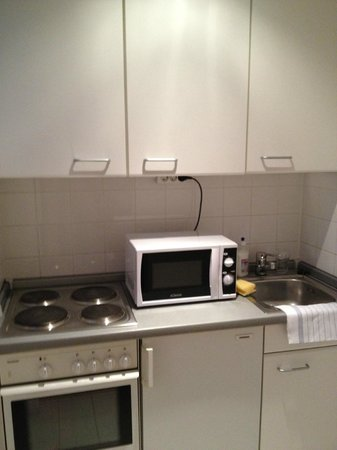 Carat Hotel & Apartments München: Great little kitchenette complete with cookware.