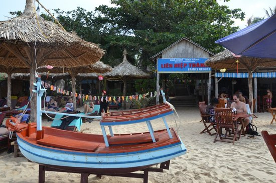 Lien Hiep Thanh Resort : bar-ristorante sulla spiaggia