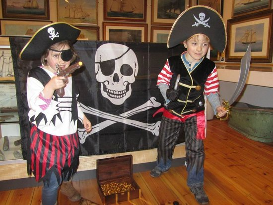 SALCOMBE MARITIME MUSEUM: Pirate's dressing up chest
