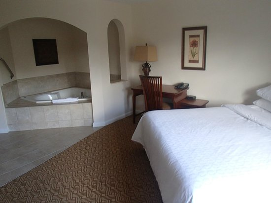 Sheraton Vistana Resort - Lake Buena Vista : Jacuzzi in the master bedroom