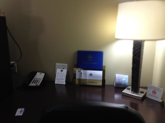 Best Western Plus Olathe Hotel: desk