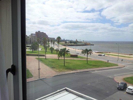 NH Montevideo Columbia: Vista para Rambla