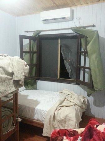 Palo Rosa Lodge: Esta es la ventana por la cual entraron o salieron los ladrones que está en un segundo nivel!