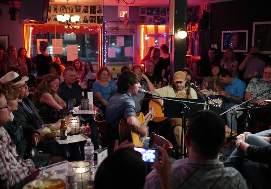 Bluebird Cafe : Mo Pitney and writers in the round
