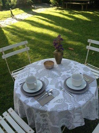 Villa Lorenea: Mesa desayunos jardín