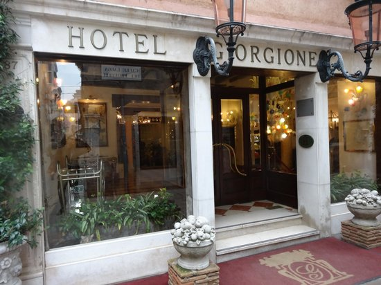 Hotel Giorgione: Walking up to the entrance