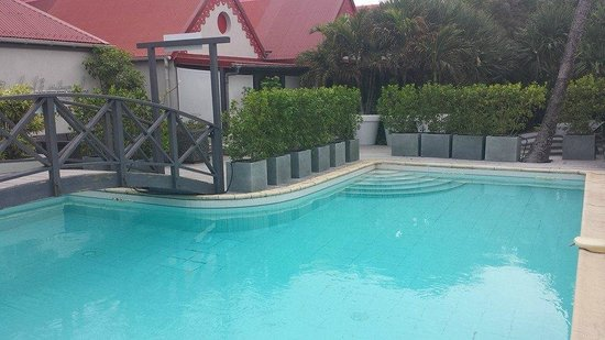 Tom Beach Hotel: cute lil pool area