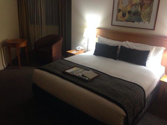 Rydges World Square Sydney Hotel: Bedroom.