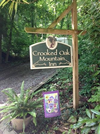 Crooked Oak Mountain Inn: B&B Sign leading up to driveway