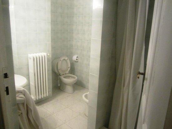 Grand Hotel Des Anglais : Modern bathroom