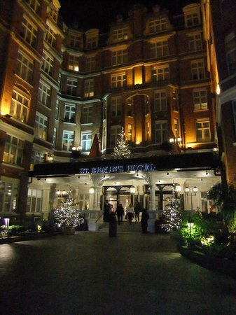 St. Ermin's Hotel, Autograph Collection: Beautiful courtyard at night