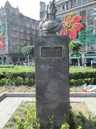 Best Western Hotel Majestic: Estatua ubicada a un costado de la CAtedral Metropolitana