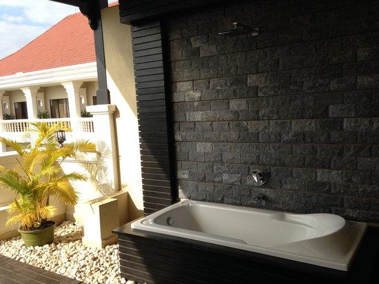 Borei Angkor Resort & Spa: 발코니 욕조