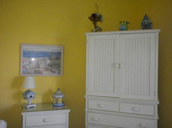The Sunset Inn: Bird Island room decor